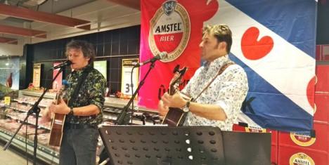 Syb van der Ploeg en Piter Wilkens verzorgden een gezamenlijk optreden in de supermarkt.