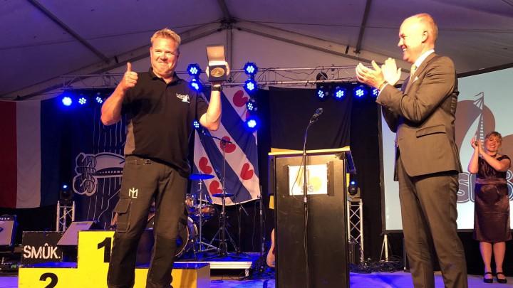 Frits Jansen (links) kreeg de Wurdearringsmedalje uit handen van CdK Arno Brok.