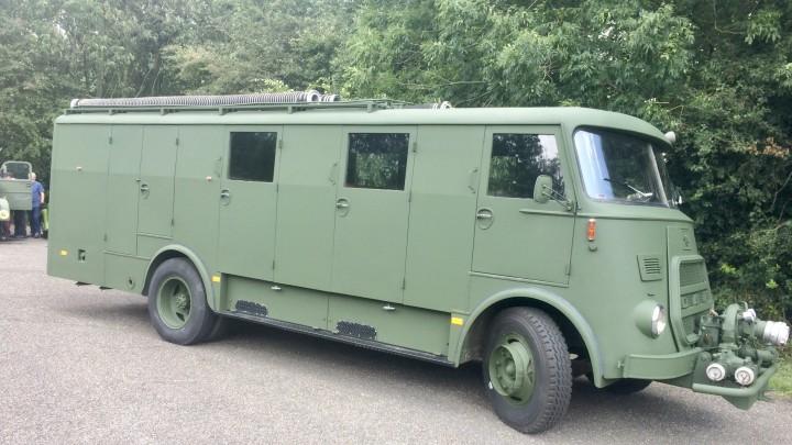 Het weer in oude luister herstelde voertuig van Museum Bescherming Bevolking.