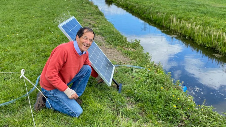 Bestuurslid Wiebe Jan Anema sluit de pomp aan. (Foto: Fûgelwacht Grou)