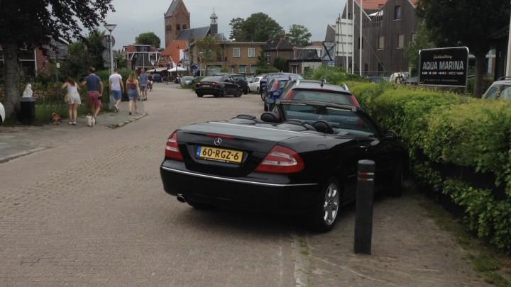 Een fout geparkeerde auto, afgelopen augustus, aan de Meersweg in Grou.