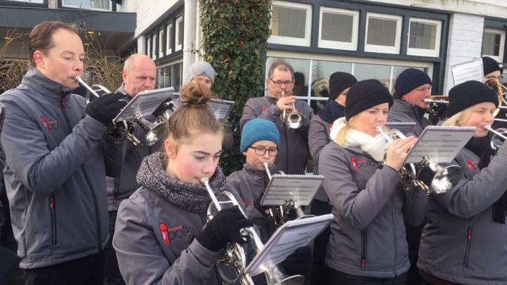Brassband Apollo speelt hier tijdens de aankomst van Sint Piter.
