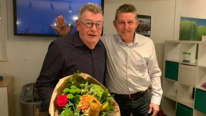 Eelke Bosma ontving behalve het speldje, ook bloemen van voorzitter Bert Nicolai.