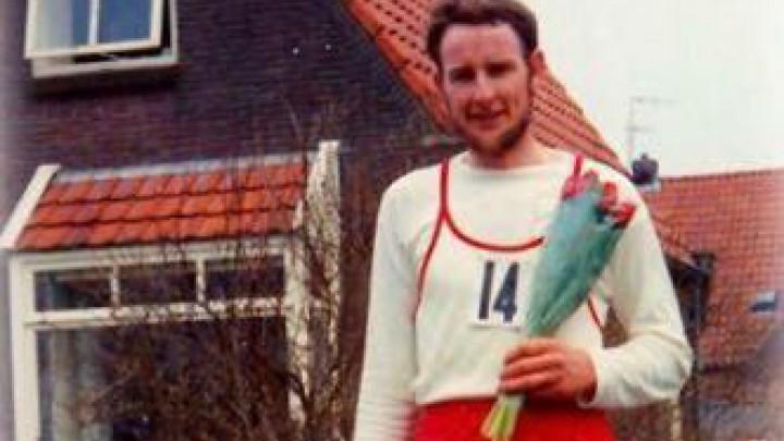 Hindrik Arendz won in 1971 de tweede Merenloop. Hier poseert hij voor het huis van Hienekamp, op de hoek van de Mr. P.J. Troelstrawei.