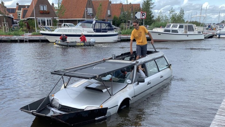 Het 'amfibiemobiel' komt aan land via de trailerhelling op de Blikpôlle (Foto: Fraukje Bruggink)