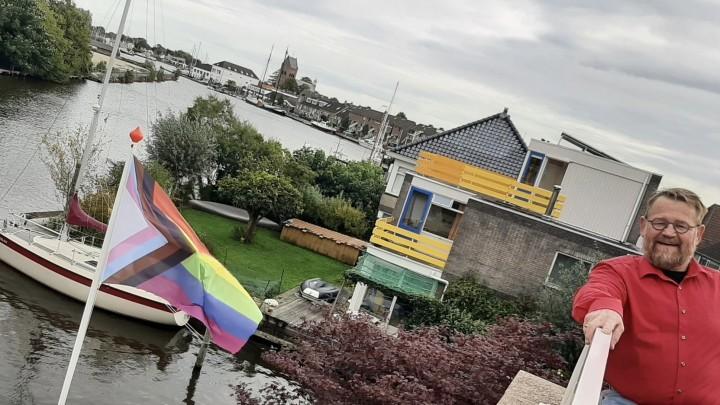 Bij Arie van Barneveld wappert sinds de zomer de Regenboogvlag.