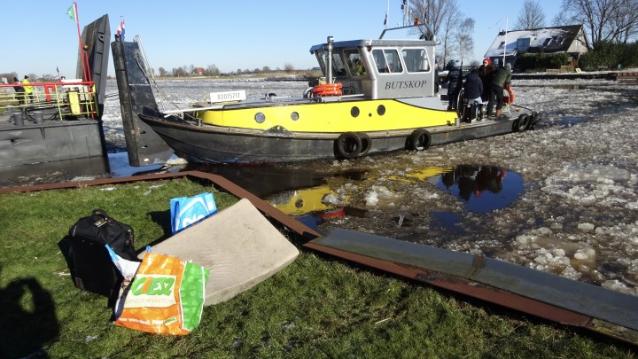 IJsbreker Butskop zet bewoners en hun gasten het kanaal over.