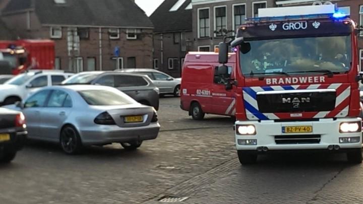 De brandweerauto's maken een ereronde langs memorabele plekjes van het jubilerende paar.