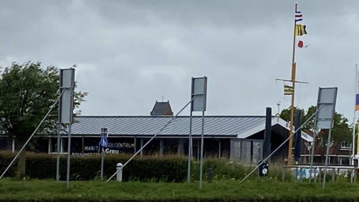 Het Zeilcentrum, met rechts de mast met de seinvlaggen..
