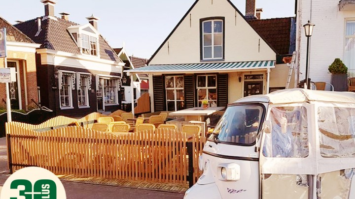 30 Plus havencafé d' Oude Oost, op de hoek van de Waachshaven en de Nieuwe Kade.