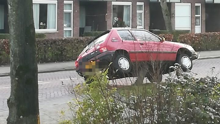 Weer auto op paaltje Stationsweg