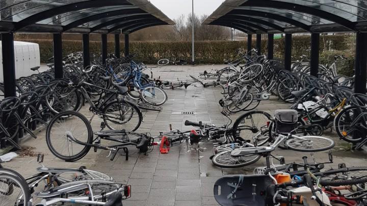 In de nacht van vrijdag op zaterdag jl. werden op het station tientallen fietsen vernield.