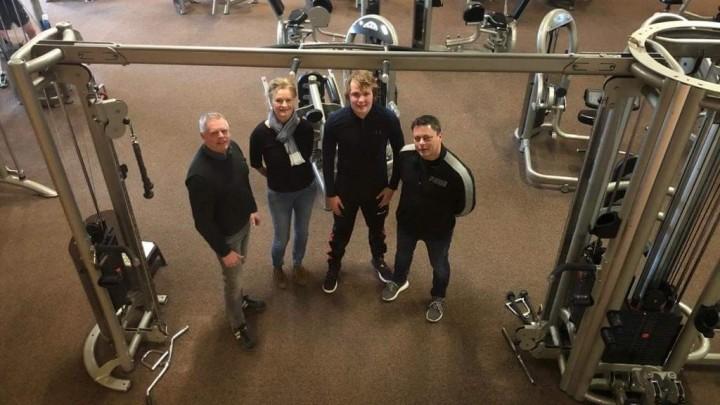 Andries de Vries, Nicolien Hogeboom en Dirjan Bouma poseren in 'hun' fitnesscentrum. Rechts Ron Boom. (Foto: Sportingrou)