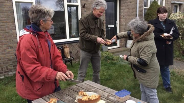 Bewoonster Anneke deelt zelfgebakken appeltaart en koffie uit.