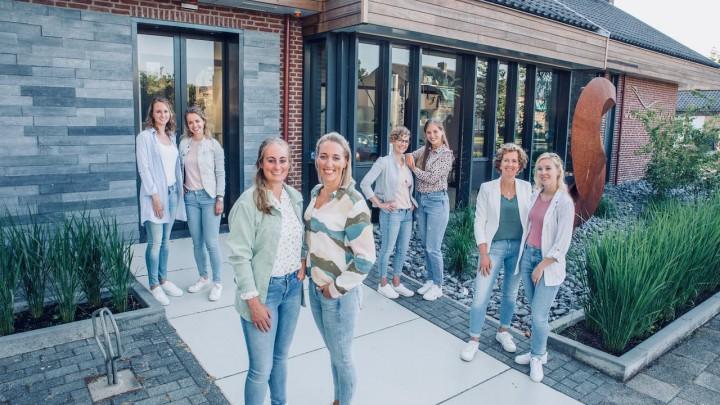 Praktijkeigenaar en tandarts Ageeth Wildervank (midden) met alle medewerkers.