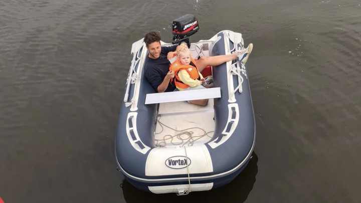 Harmen Brouwer en zijn dochtertje voeren in deze rubberboot (te snel) achter een luchtballon aan.
