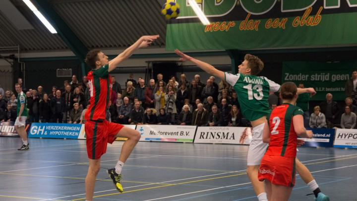 Jakke de Nekker (links) stapt over naar K.V. Mid-Fryslân.