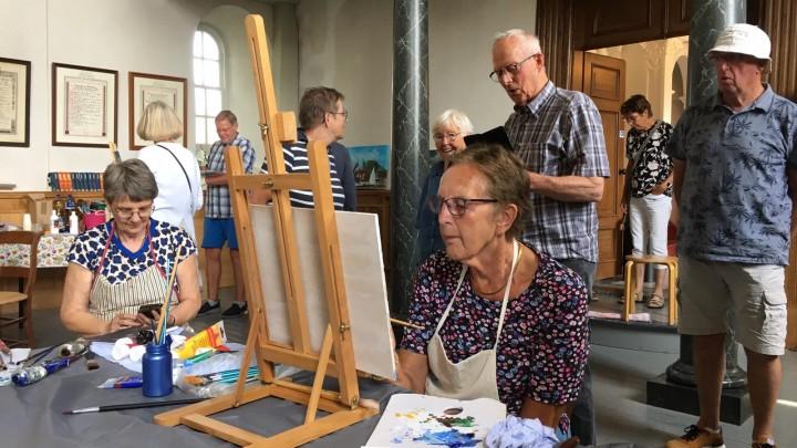 Na afloop konden belangstellenden de schilderwerken bekijken. (Foto: Jikkie Piersma)