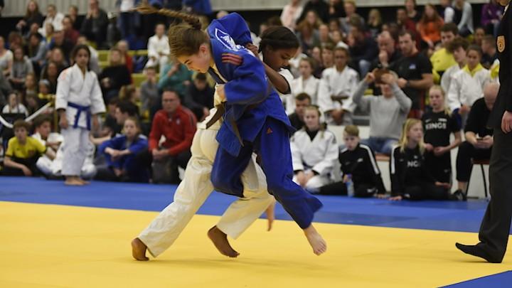 Milou (in het blauwe pak) in actie tijdens gewonnen NK finale afgelopen jaar.