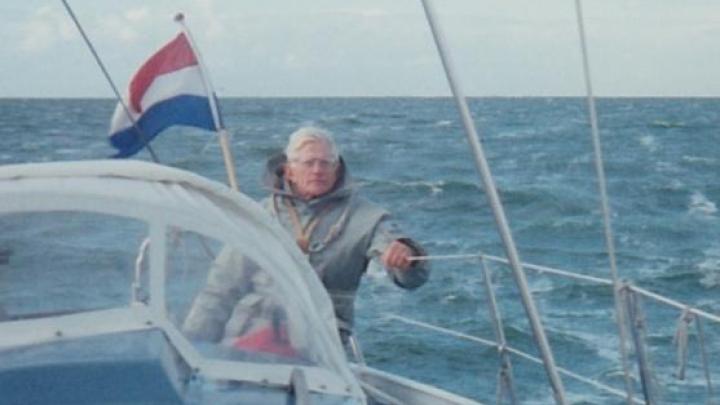 Piet Deelstra in zijn element; zeilend op zee. (Foto: KWV Frisia)