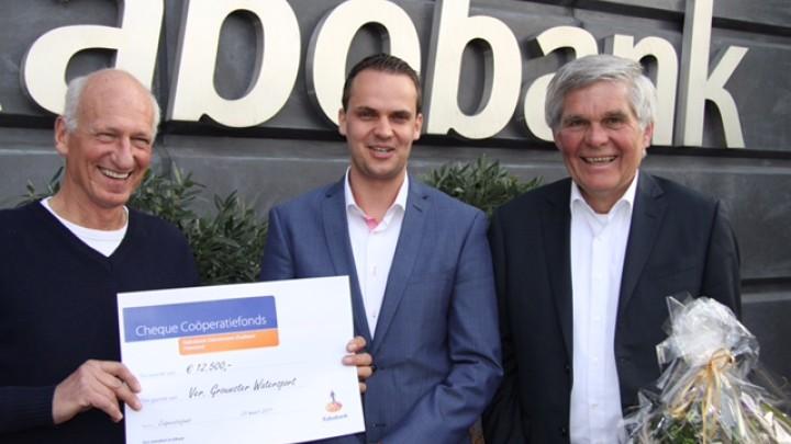 GWS-voorzitter Eelke Boersma (links) en nam afgelopen week de cheque van Jelger Bles van de Rabobank in ontvangst. Rechts Henk Postma, financieel adviseur van GWS.