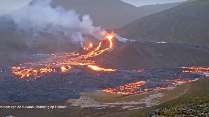 Foto van de livebeelden van de uitbarsting van de vulkaan op IJsland.