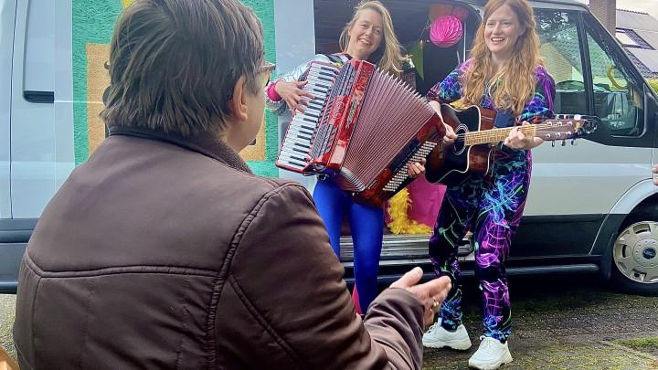 Muzikaal cabaretduo Maartje & Kine vrolijken Marieke op.