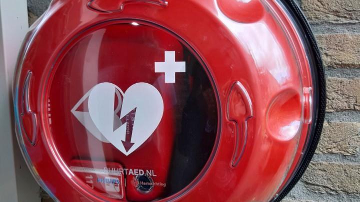 De AED aan een woning in De Foarn, een initiatief van de buurtvereniging.