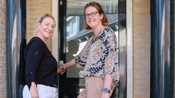 Marise den Oudsten (links) en Sabina Rietveld bij de deur van het pand aan de Kleine Buren.
