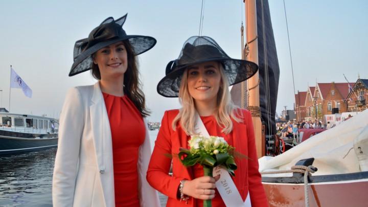 Sylkeningin Akkejant Mink (rechts) en hofdame Klaasje Jorna.