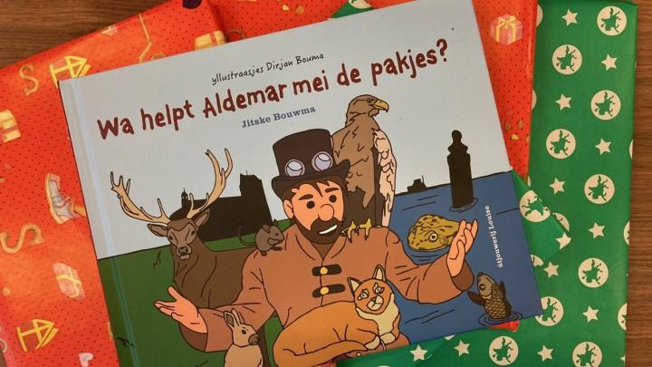 Leerlingen van de Grouster basisscholen kregen vandaag 'Wa helpt Aldemar mei de pakjes?' cadeau.