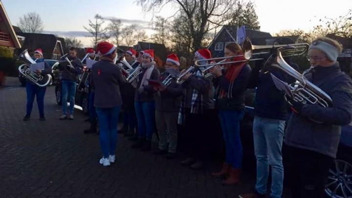 Brassband Apollo speelt kerstkoralen op de ochtend van 1e kerstdag. (Foto; Facebook Apollo)