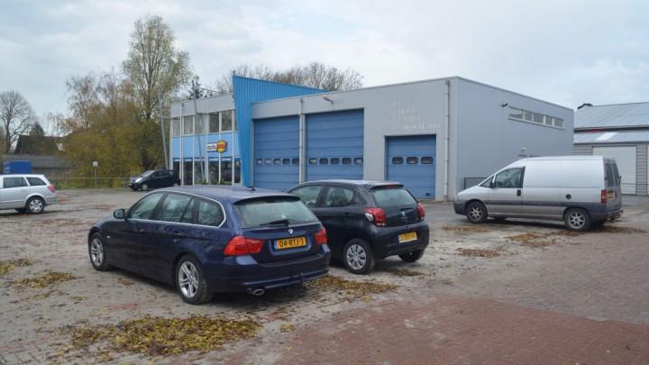 Het pand van ASC Henk de Vries. Het hek tussen de panden van De Vries en Combi Noord is al verwijderd.