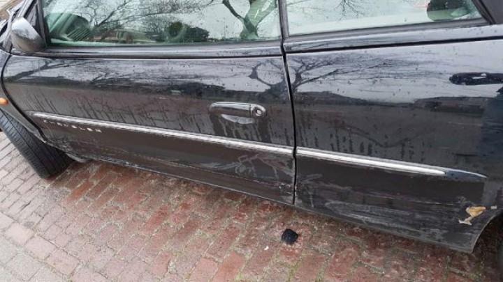 De gehele zijkant van de Chrysler cabrio raakte beschadigd.