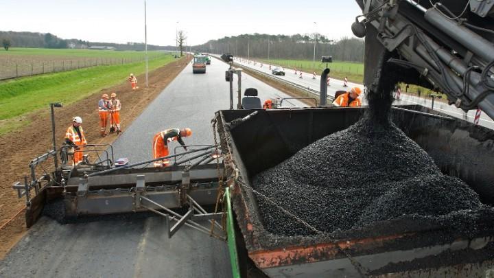 Asfalteringswerkzaamheden aan de snelweg door BAM Infra BV.