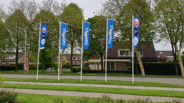De vijf vlaggenmasten aan de Stationsweg.