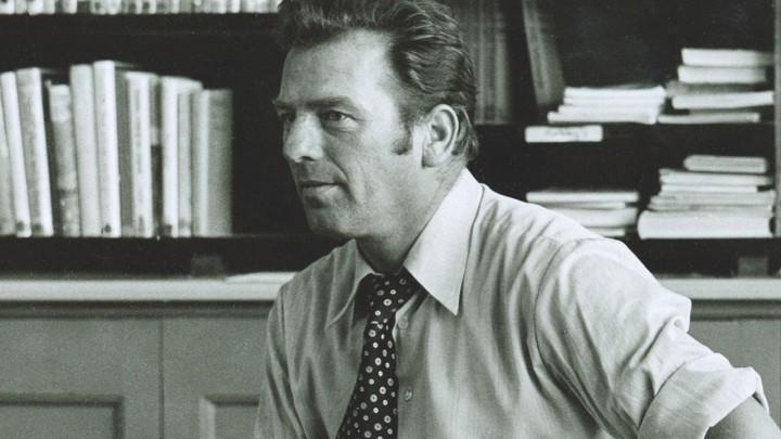 Bareld de Vries voor zijn klas in 1978. Foto uit het boek 'Geschiedenis van het onderwijs in Grou'.