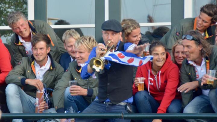 Entertainer Folkert Hans zorgde zaterdagavond met zijn trompet en zang voor de vrolijke noot.