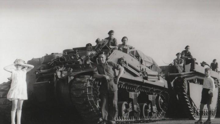 Canadese bevrijders poseren op hun tanks. (Foto via De Haan, Zwolle)