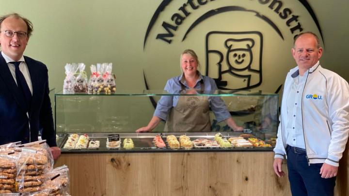 Friso Douwstra (links) en Ivo Krikke in de nieuwe winkel van Echte Bakker Marten Boonstra. In het midden winkelmedewerker Margreet de Vries.