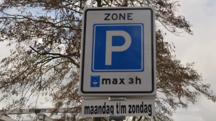Aan de Suderkade is een 'blauwe zone' gerealiseerd, waar bezoekers maximaal 3 uur mogen parkeren.