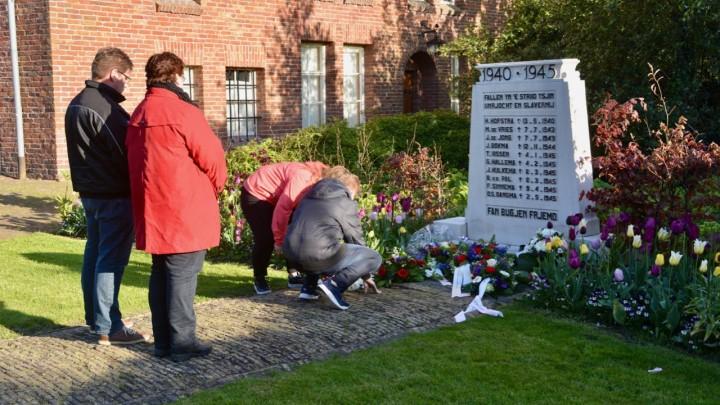 Grousters leggen bloemen bij het monument aan de Stationsweg, tijdens de herdenking van 2019.