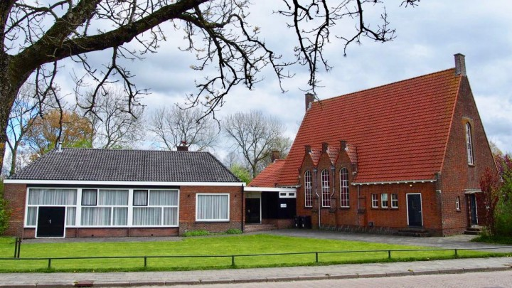 De voormalige gereformeerde kerk en De Boei.