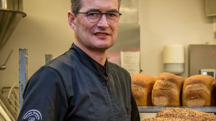 Echte Bakker Marten Boonstra in zijn bakkerij in Akkrum.