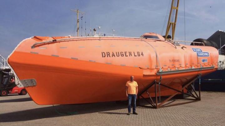 Erwin Sytema van Strada32 voor één van de twee gekochte reddingssloepen.