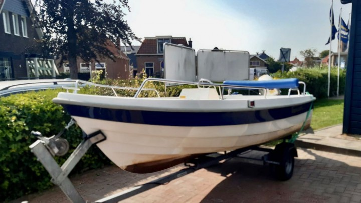 De gestolen boot, hier nog op het terrein van Aqua Marina.