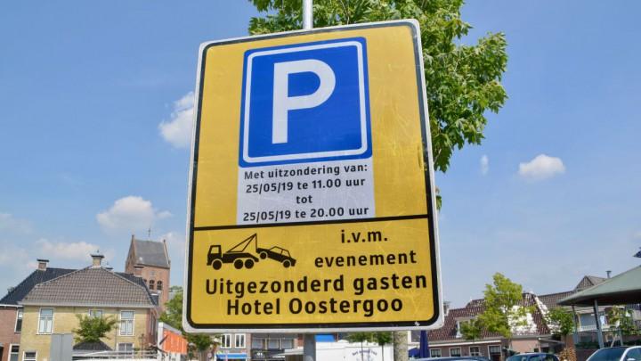 Wie dit weekend de auto onbevoegd parkeert op het plein loopt kans dat deze weggesleept wordt, zo mag men concluderen uit dit bord.