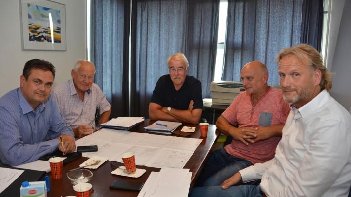 V.l.n.r. Sjoerd Tjepkema (aannemer), Gerard Frijling (vz St. Play Skate) Harm Visser (vz Bouwcommissie), Age Jongbloed (BV Sport) en Jan Wybe Slager (projectmanager Tjepkema).