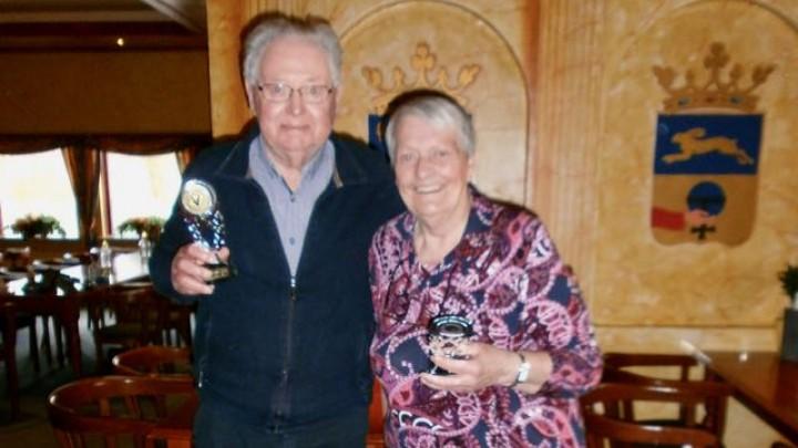 Henk de Groot en Teatske de Jong haalden de hoogste score bij de heren en dames. Ze kregen een mooie beker.