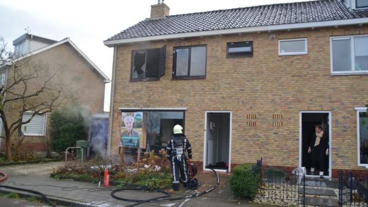 Het in brand geraakte matras is door een brandweerman in de tuin gegooid en ligt daar na te smeulen.